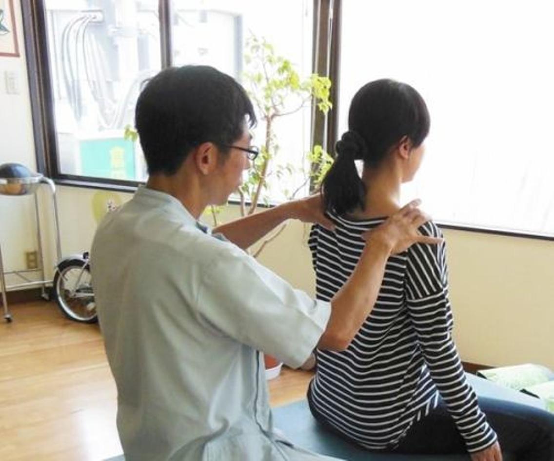座位で【骨盤】&【背骨】をチェックして、症状の原因を調べていきます。