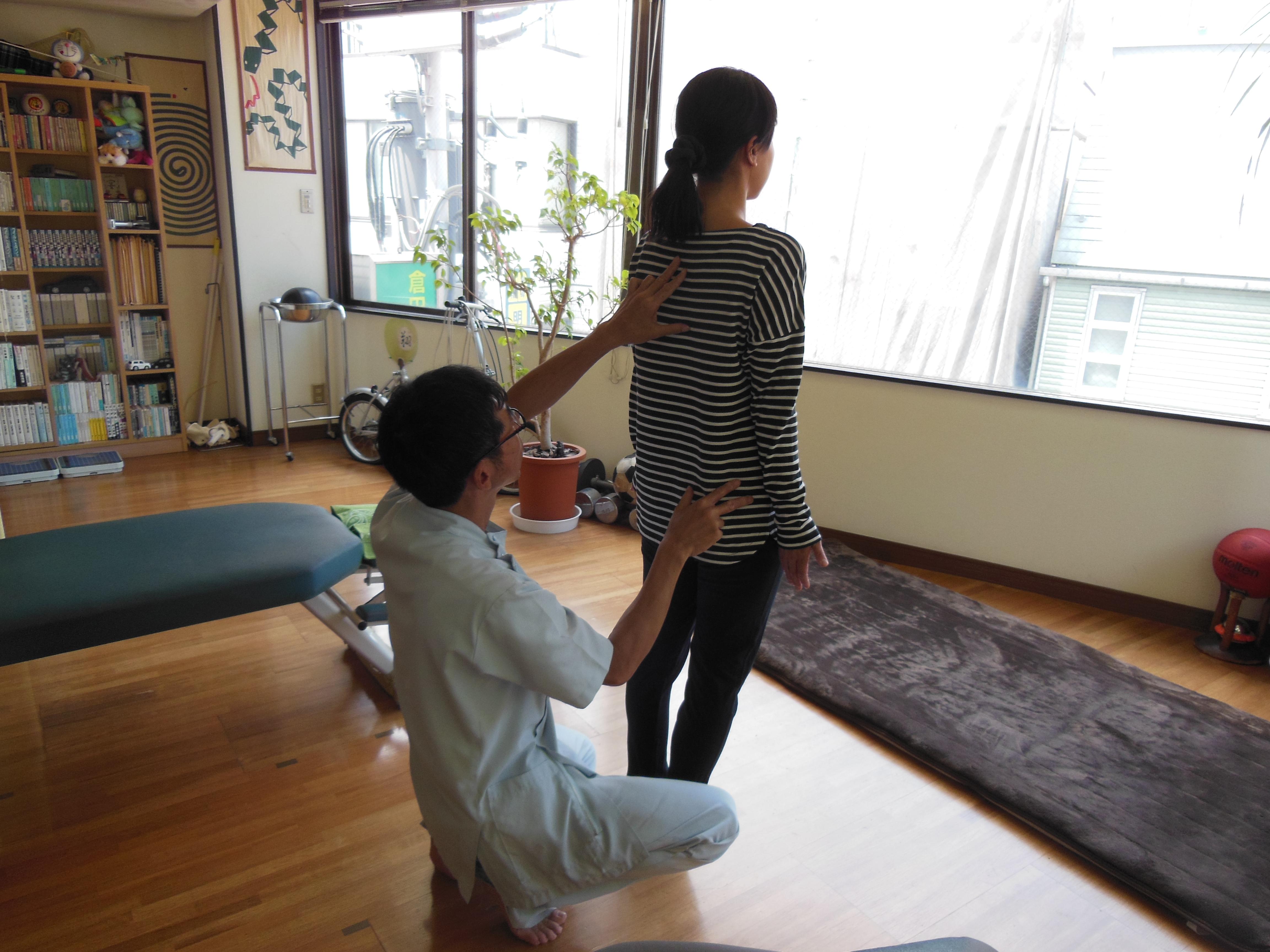 立位で【骨盤】&【背骨】をチェックして、症状の原因を調べていきます。